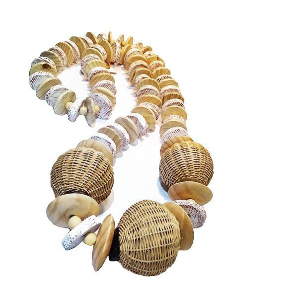 Colar decorativo de mesa com cerâmica e esferas de junco trançado