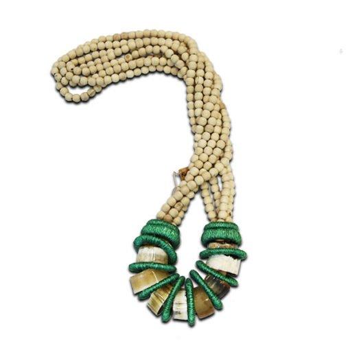 colar decorativo de bolinhas e madeira com detalhes em verde e anéis de chifre.