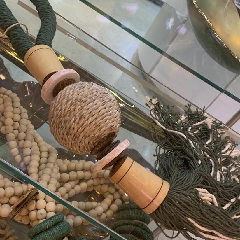 colar com esfera de sisal