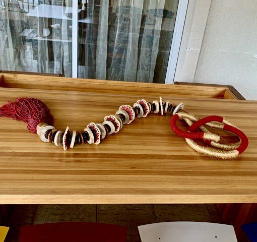 Colar vermelho para mesa ou parede.
